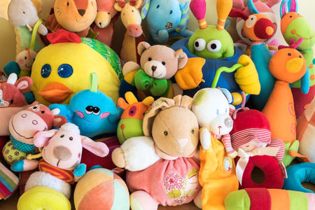 furry animals: Los juguetes de peluche en la habitación de un niño
