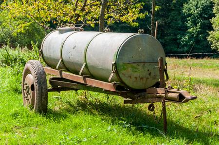 cisterna: cisterna de metal en un prado