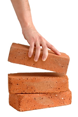 Man nimmt Ziegel aus dem Stapel
