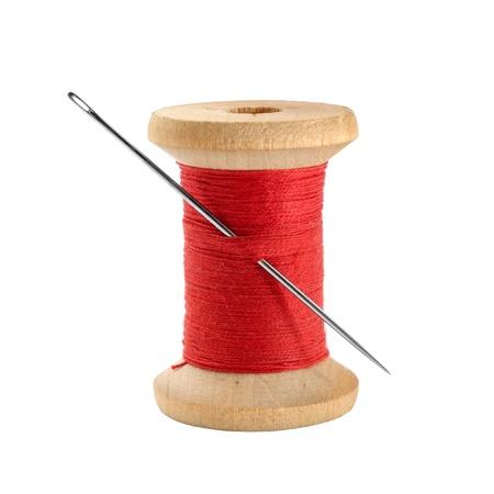 hilo rojo: Bobina de hilo y aguja Foto de archivo