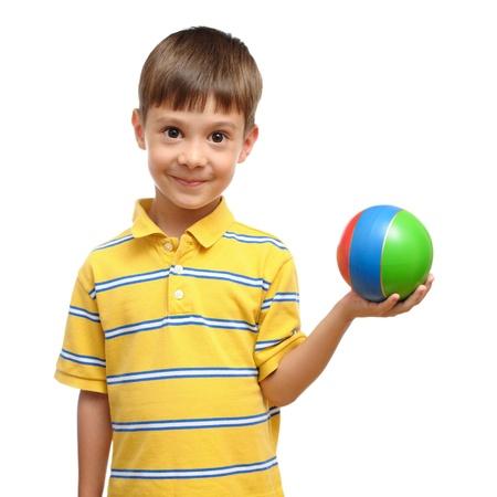 Kind het spelen met kleurrijke stuk speelgoed rubberbal die op witte achtergrond wordt geïsoleerd