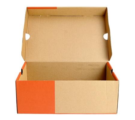 Open lege schoen kartonnen doos op witte achtergrond