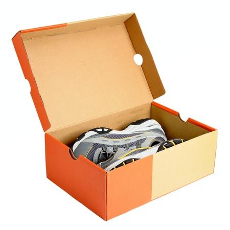 Paar sneakers in de schoen kartonnen doos op witte achtergrond Stockfoto