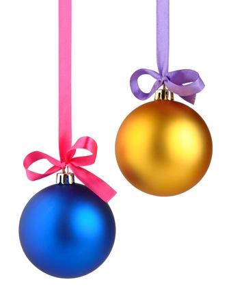 Kerstballen opknoping op lint geà ¯ soleerd op witte achtergrond Stockfoto