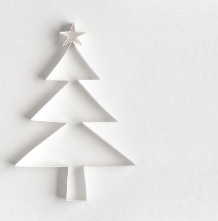 Kerstboom van papier op een witte achtergrond
