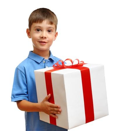 Gelukkig kind met cadeau doos geà ¯ soleerd op witte achtergrond