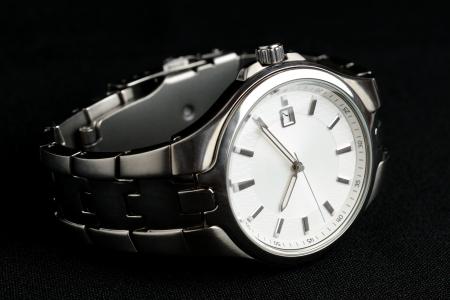 Armbanduhr auf schwarzem Hintergrund