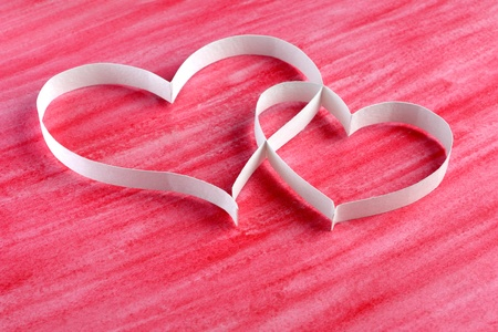 Echtpaar papier harten op rode achtergrond