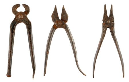 alicates: Antiguo pinzas oxidadas aislados sobre fondo blanco