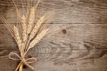 Wheat ears on wooden background Stockfoto