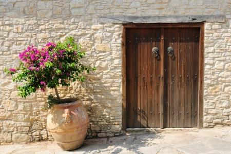greek pot: Gate e fiore in vaso sulla strada di Omodos villaggio, Cipro Archivio Fotografico