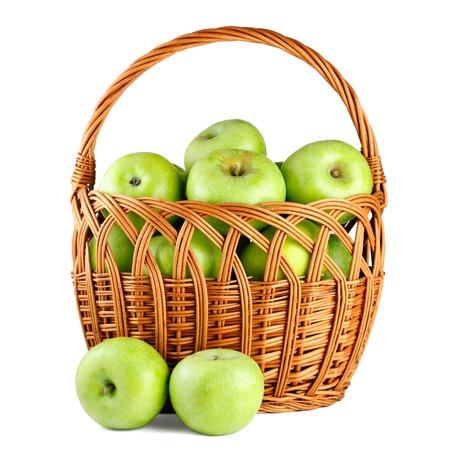 Manzanas verdes en la cesta aislada en el fondo blanco photo
