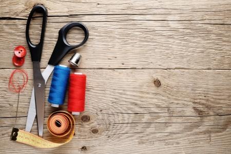 Accessori per il cucito su fondo in legno Archivio Fotografico - 15323027