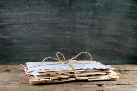 Stapel van oude enveloppen op houten tafel