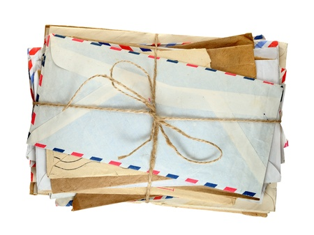 correspondence: Pila de sobres viejos aislados en el fondo blanco