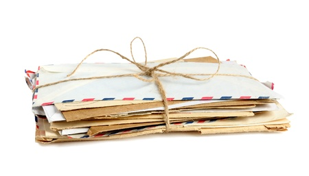 Stapel van oude enveloppen geïsoleerd op witte achtergrond Stockfoto