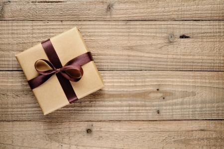 Vintage geschenk doos met strik op houten achtergrond
