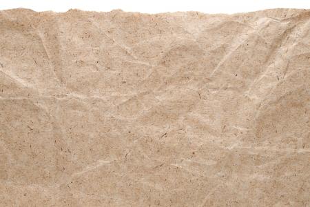 Kraft papier achtergrond met gescheurde rand op wit wordt geïsoleerd