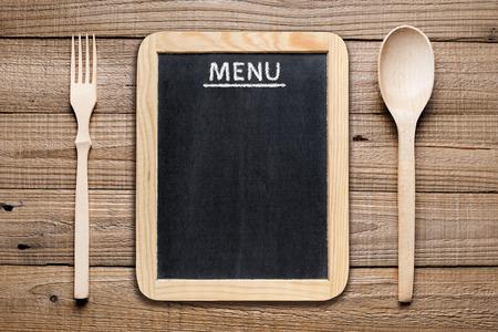 Tarjeta del menú, tenedor y cuchara de madera Foto de archivo - 35154617
