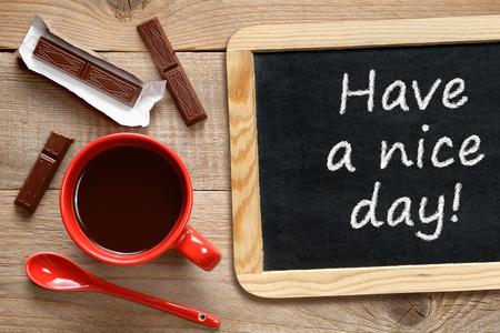 nice food: Чашка кофе и доска с фразой Есть хороший день!
