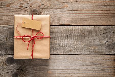 Geschenkdoos met tag op houten achtergrond