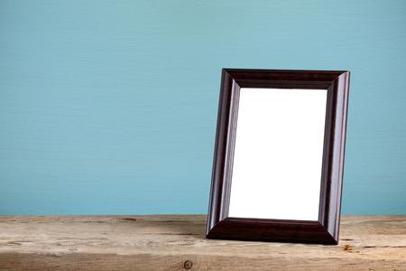 marco madera: Marco de fotos en la mesa de madera vieja