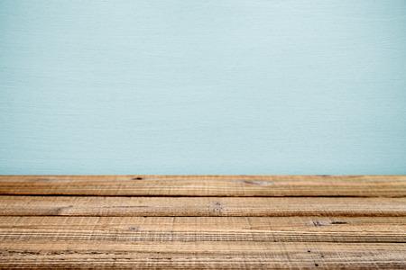 drewno: Stary drewniany stół w pobliżu ściany. Płytka głębia ostrości