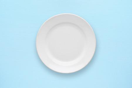 Witte lege plaat top uitzicht op tafel