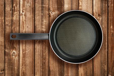 steel pan: La sartén sobre la mesa de madera vista desde arriba Foto de archivo