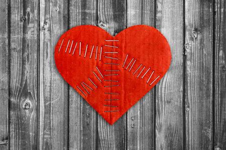 corazon roto: coraz�n roto en el fondo de madera Foto de archivo