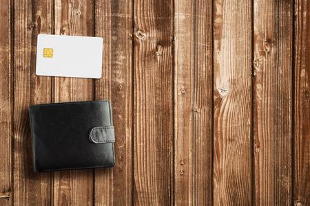 Portemonnee en een creditcard op houten tafel