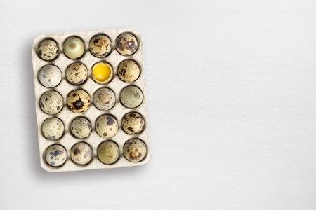 huevos de codorniz: Huevos de codorniz sobre mesa de madera blanca Foto de archivo