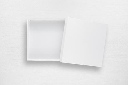 Kartonnen doos met deksel op witte tafel bovenaanzicht