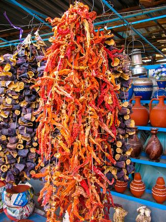 legumbres secas: legumbres secas de colores tradicionales en una tienda de la calle, Turquía