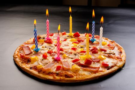 kerze: Festliche Kerzen Pizza mit Schinken, Champignons, Käse und Paprika Draufsicht