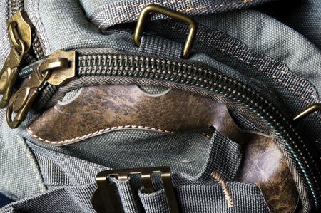 primer plano de herrajes y las cremalleras bolsa de mano