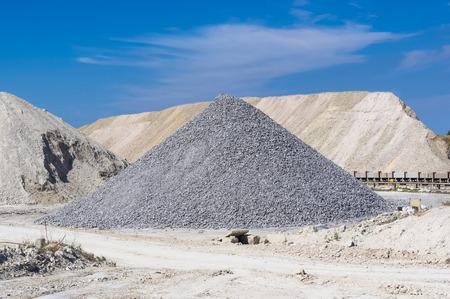 空を背景に採石場の青い粘土で倉庫の生産