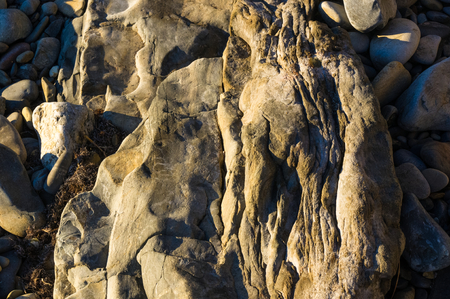 voyage: boulders and colorful pebbles on the beach on a warm summer day Banque d'images
