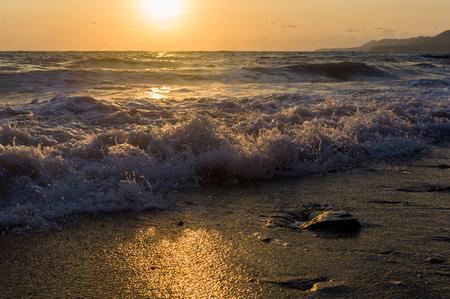 Puesta de sol de mar de verano, el sol, las olas y las nubes, hermosa iluminación dramática