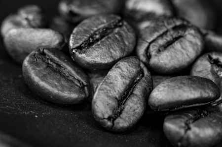 Brown roasted coffee beans on black background, close-up, macro Foto de archivo - 122795201