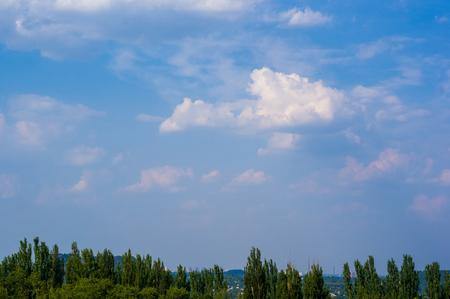 schöner Hintergrund strahlend blauer Himmel mit weißen Wolken, Sommertag