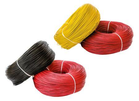 Set farbiges Elektrokabel auf weißem Hintergrund, isoliert