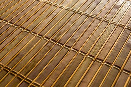 Estera de bambú marrón - soporte de alimentos, close-up, macro, fondo de madera