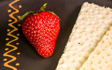 fresh strawberry and diabetic diet crunches - crispy waffle bread from wheat, texture close-up Stockfoto