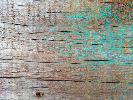 Textura de la vieja valla de madera rústica en mal estado pintado de tablones, con clavos oxidados, primer plano, fondo grunge