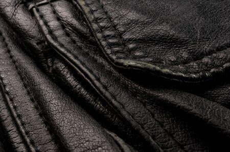 Fondo de textura de cuero negro suave genuino vintage antiguo, capa superior con poros y arañazos, macro