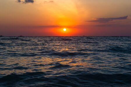 Puesta de sol de mar de verano, el sol, las olas y las nubes, hermosa iluminación dramática Foto de archivo