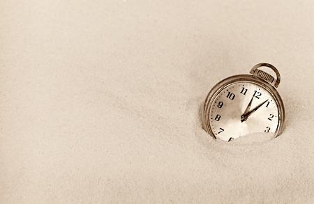 arena blanca: antiguo reloj de bolsillo en la arena blanca