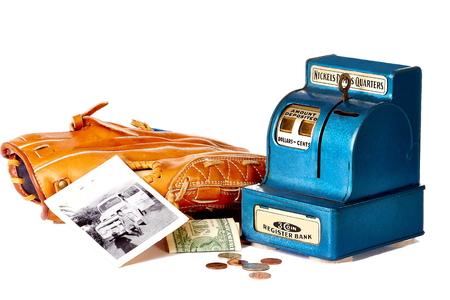 guante de beisbol: Coin banco con el guante de b�isbol, dinero y fotos de �poca Foto de archivo