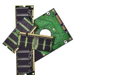 disco duro: Chips de memoria y disco duro aislado en blanco Foto de archivo